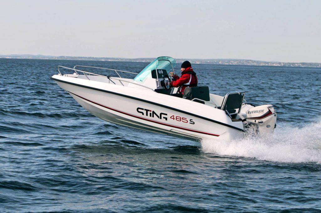 Pienen, toimivan ja vieläpä kohtuuhintaisen veneen ei tarvitse olla mikään tylsimys. Sting 485 S on hauska peli.