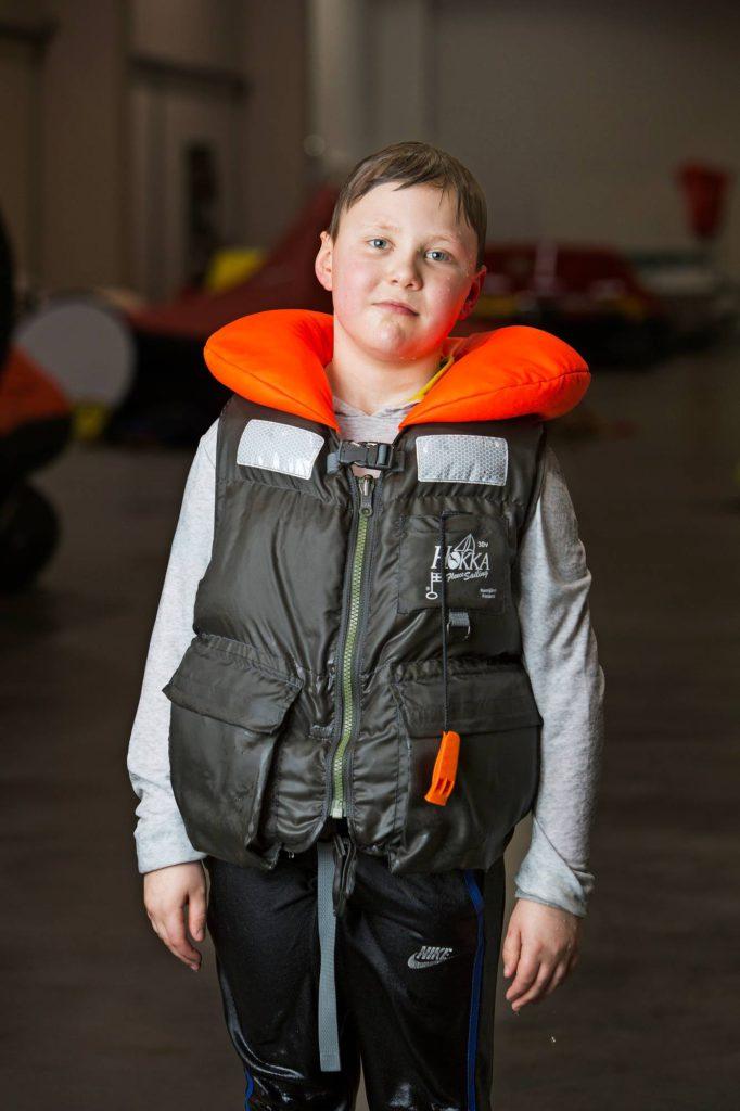 Testasimme 17 lapsille ja nuorille tarkoitettua pelastusliiviä. Kelluttavuus ja veteen joutuneen turvallisuus olivat tyydyttävällä tasolla, mutta käytettävyydessä löytyi suuria eroja.