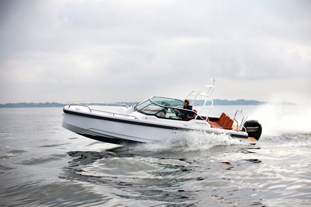 Kolme erilaista kateratkaisua ja muutenkin vaikea luokitella. Axopar 24 onkin monen venetyypin linjakas yhdistelmä.