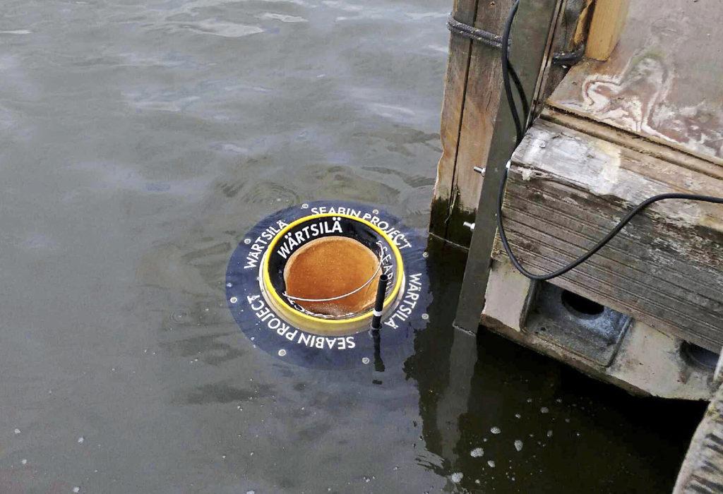 Helsingin Uunisaaren rannassa kokeillaan meressä kelluvien roskien automaattista keräämistä Seabin meriroskakorin avulla.