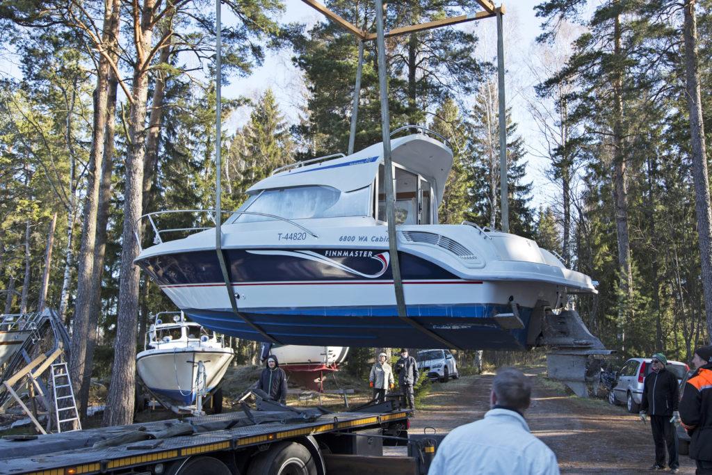 Nostipa veneensä talviteloille ammattilaisen voimin tai vaikka lankomiehen avulla, ei kannata hosua.