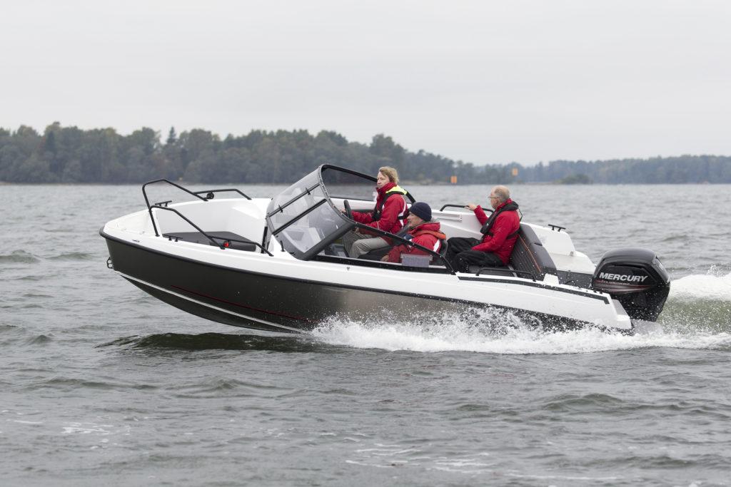 Markinoiden paineessa Bella-Veneet Oy:n on jo kauan arveltu tekevän oman alumiinirunkoisen version joko Bellasta tai Flipperistä. Tehdas yllätti kaikki ja teki kokonaa uuden veneen, Falconin.